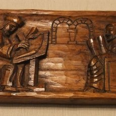 Arte: RELIEVE DE MADERA TALLADA CON ESCENA DE ESCRIBA Y MONJE MEDIEVAL . Lote 180414983