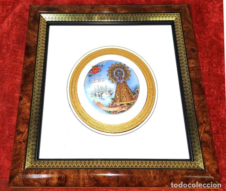 MEDALLÓN DE LA VIRGEN DEL PILAR. PORCELANA ESMALTADA Y DORADA. ESPAÑA. CIRCA 1960 (Arte - Arte Religioso - Pintura Religiosa - Otros)