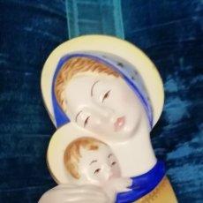 Art: ANTIGUA VIRGEN CON NIÑO PORCELANA Ó CERAMICA VIDRIADA, AÑOS 50 (PARA COLGAR) PIEZA NUMERADA. Lote 182642825