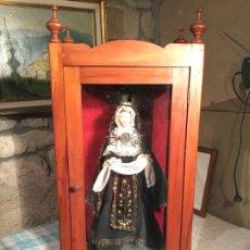 Arte: ANTIGUA CAPILLA DE MADERA Y CRISTAL CON VIRGEN DOLOROSA CAP I POTA TALLA DE MADERA VESTIDA SIGLO XIX. Lote 183744853