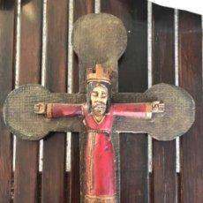 Arte: CRISTO ROMANICO CORONA EN TORRE CRUZ REDONDEADA MADERA POLICROMADA 42 CM CRUCIFIJO JESUCRISTO . Lote 184605557