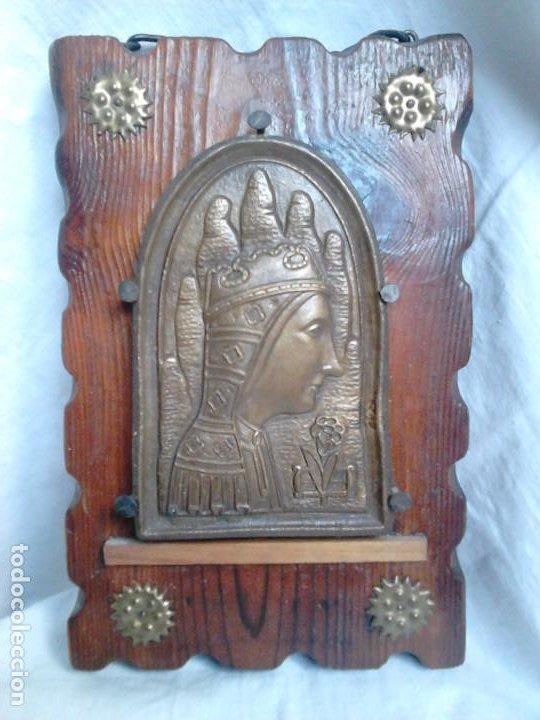 VIRGEN DE MONTSERRAT. METAL GRABADO CON SOPORTE DE MADERA. OBRA ORIGINAL DE FRANCESC GASSÓ (Arte - Arte Religioso - Iconos)