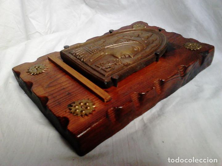 Arte: Virgen de Montserrat. Metal grabado con soporte de madera. Obra original de Francesc Gassó - Foto 3 - 184742580