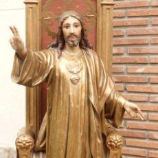 Arte: GRANDES DIMENSIONES (162 CM). SAGRADO CORAZÓN DE JESÚS ENTRONIZADO. ESTUCO POLICROMADO. HACIA 1900.. Lote 184889636