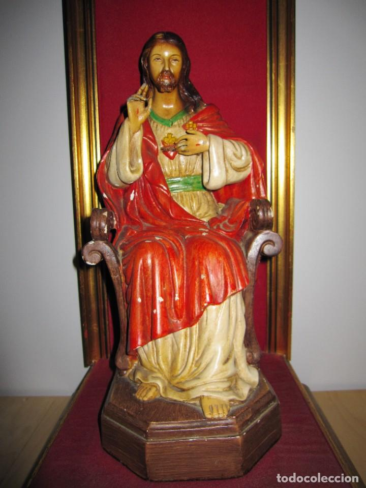 ANTIGUA IMAGEN FIGURA SAGRADO CORAZÓN JESÚS ENTRONIZADO EN TRONO SOBRE ALTAR CAPILLA MADERA (Arte - Arte Religioso - Escultura)