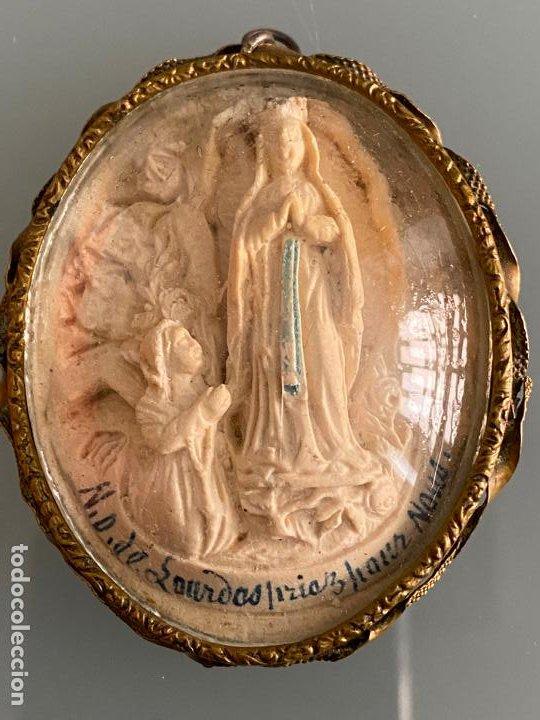 COLGANTE RELICARIO VIRGEN DE LOURDES , BAJO RELIEVE Y LATÓN , 1920 APROX. (Arte - Arte Religioso - Escultura)