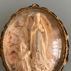 Arte: COLGANTE RELICARIO VIRGEN DE LOURDES , BAJO RELIEVE Y LATÓN , 1920 APROX. . Lote 190130507