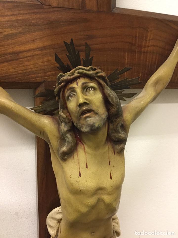 CRISTO CRUCIFICADO ESTUCO POLICROMADO - OJOS DE CRISTAL - SELLO OLOT (Arte - Arte Religioso - Escultura)