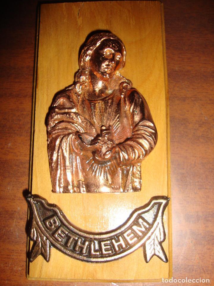BONITO Y RARO RETABLO EN RELIEVE COBRE Y MADERA DE BETHLEHEM PELESTINA DIMENSIONES 13 X 6 CM (Arte - Arte Religioso - Retablos)
