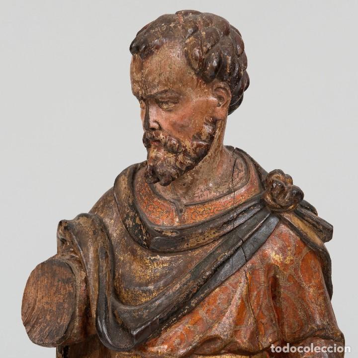 Arte: San Lucas - Escultura de bulto redondo en madera tallada y policromía. Siglo XVII - Foto 3 - 191039571