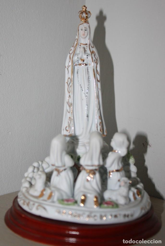 FIGURA ESCULTURA DE PORCELANA Y DORADO CON PEANA APARICIÓN VIRGEN DE FATIMA A LOS TRES PASTORCILLOS (Arte - Arte Religioso - Escultura)