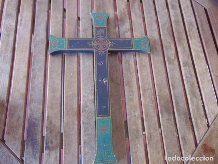 FIGURA DE CRUZ EN MADERA PINTADA, DECORADA Y CRISTO CRUCIFICADO EN ESTUCO O ESCAYOLA (Arte - Arte Religioso - Escultura)