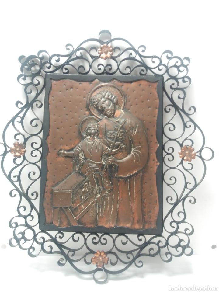 CUADRO SAN JOSE Y NIÑO JESUS EN COBRE REPUJADO CON MARCO DE FORJA (Arte - Arte Religioso - Grabados)