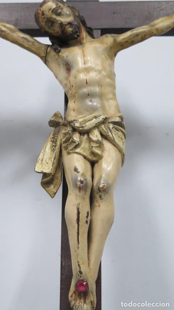 CRISTO EN LA CRUZ. MADERA TALLADA POLICROMADA. SIGLO XVII. ESCUELA ESPAÑOLA (Arte - Arte Religioso - Escultura)