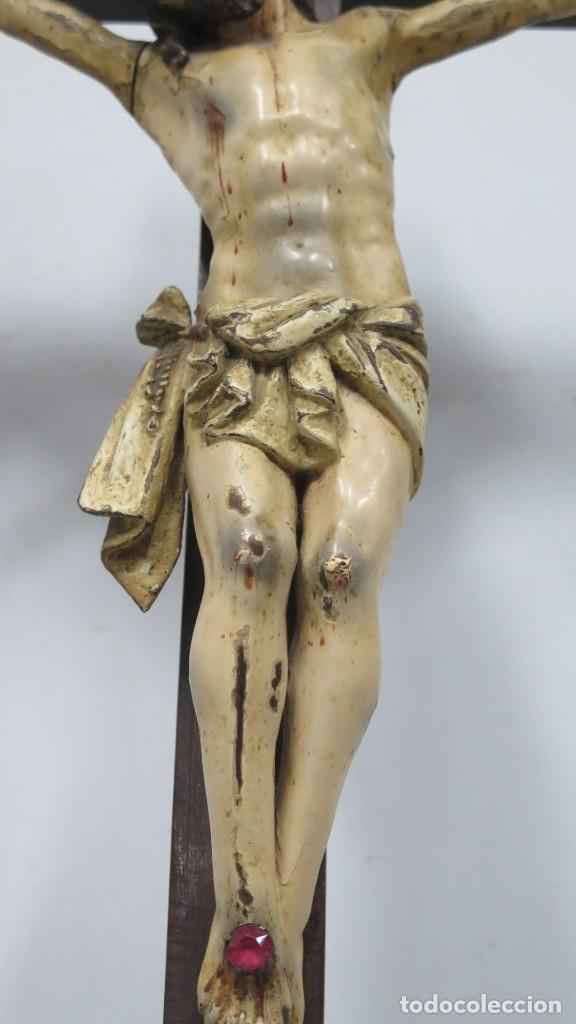 Arte: CRISTO EN LA CRUZ. MADERA TALLADA POLICROMADA. SIGLO XVII. ESCUELA ESPAÑOLA - Foto 2 - 194897050