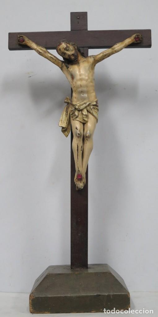 Arte: CRISTO EN LA CRUZ. MADERA TALLADA POLICROMADA. SIGLO XVII. ESCUELA ESPAÑOLA - Foto 3 - 194897050