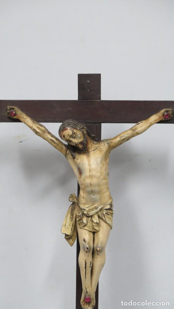 Arte: CRISTO EN LA CRUZ. MADERA TALLADA POLICROMADA. SIGLO XVII. ESCUELA ESPAÑOLA - Foto 4 - 194897050