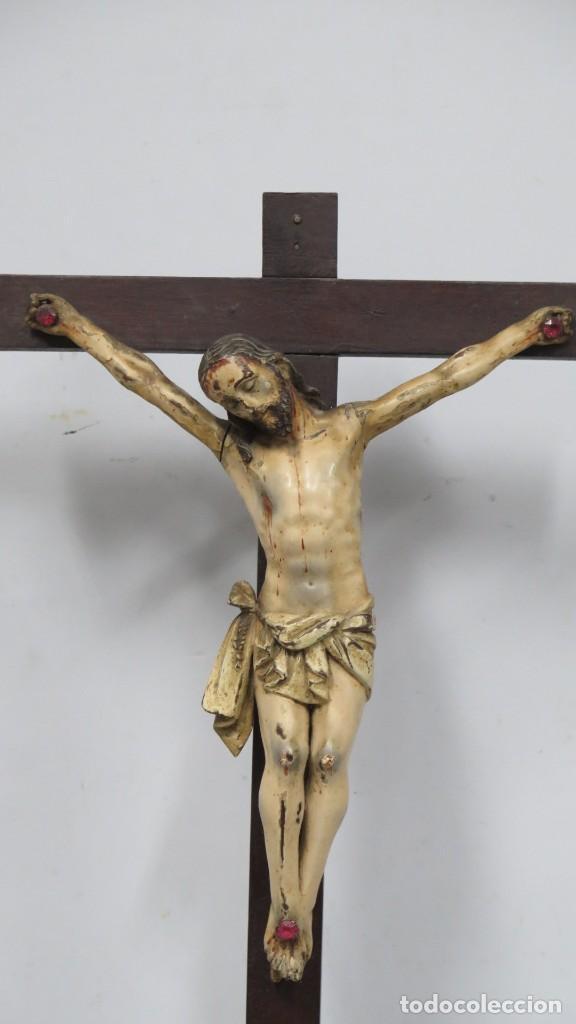 Arte: CRISTO EN LA CRUZ. MADERA TALLADA POLICROMADA. SIGLO XVII. ESCUELA ESPAÑOLA - Foto 5 - 194897050