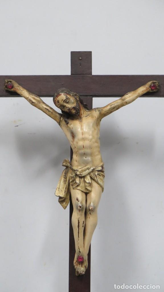 Arte: CRISTO EN LA CRUZ. MADERA TALLADA POLICROMADA. SIGLO XVII. ESCUELA ESPAÑOLA - Foto 6 - 194897050