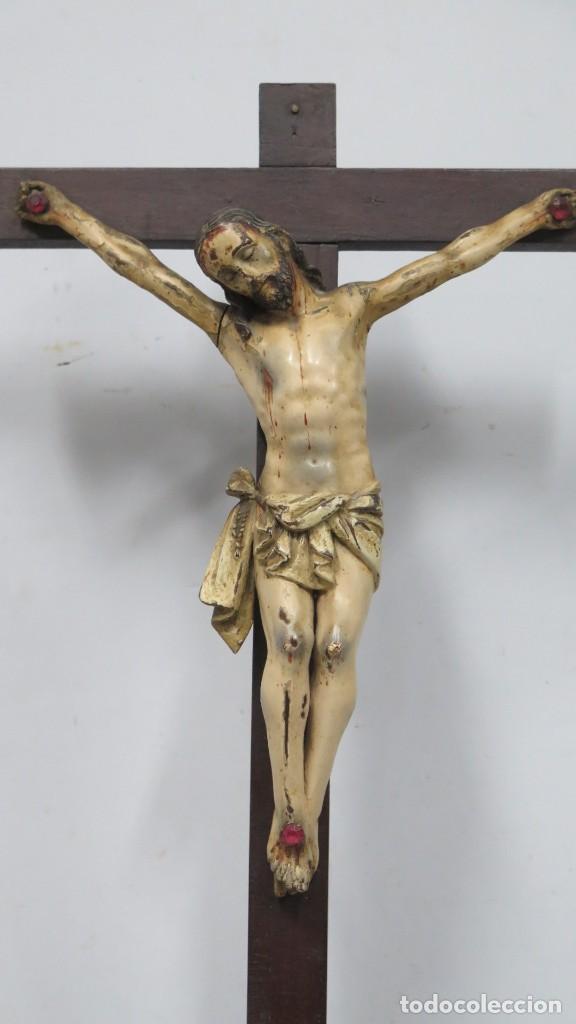 Arte: CRISTO EN LA CRUZ. MADERA TALLADA POLICROMADA. SIGLO XVII. ESCUELA ESPAÑOLA - Foto 7 - 194897050