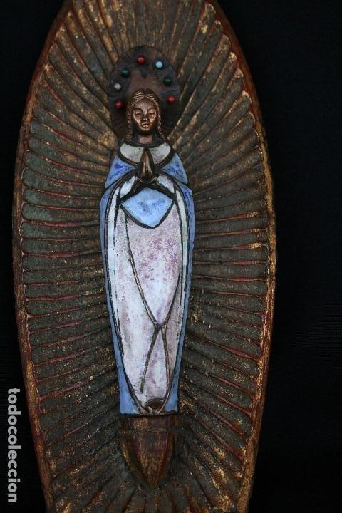 PRECIOSA Y ANTIGUA VIRGEN MARIA EN BRONCE Y ESMALTE, EN PLAFON DE MADERA. (Arte - Arte Religioso - Escultura)