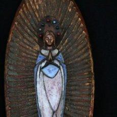 Arte: PRECIOSA Y ANTIGUA VIRGEN MARIA EN BRONCE Y ESMALTE, EN PLAFON DE MADERA.. Lote 194960881