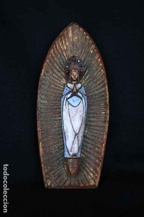 Arte: PRECIOSA Y ANTIGUA VIRGEN MARIA EN BRONCE Y ESMALTE, EN PLAFON DE MADERA. - Foto 2 - 194960881