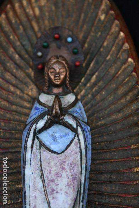 Arte: PRECIOSA Y ANTIGUA VIRGEN MARIA EN BRONCE Y ESMALTE, EN PLAFON DE MADERA. - Foto 3 - 194960881
