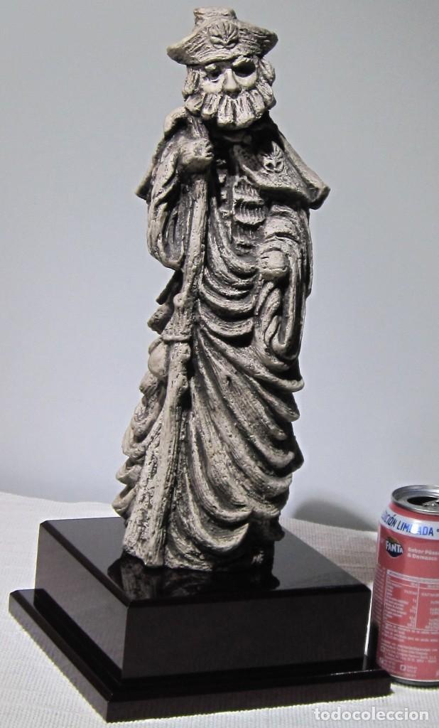 SANTIAGO PEREGRINO MARMOLINA TONO PIEDRA, CON PEANA. 41 CM ALTO TOTAL. (Arte - Arte Religioso - Escultura)