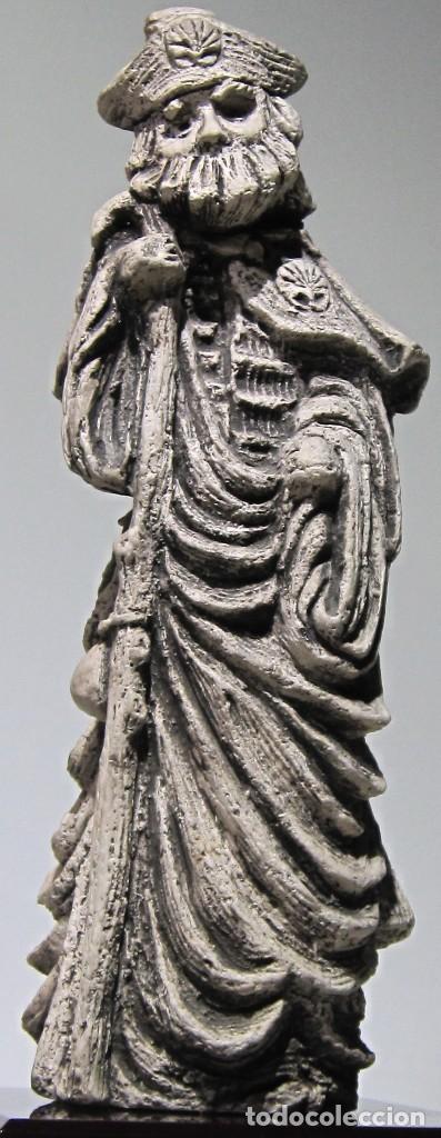 Arte: Santiago Peregrino marmolina tono piedra, con peana. 41 cm alto total. - Foto 2 - 195082215