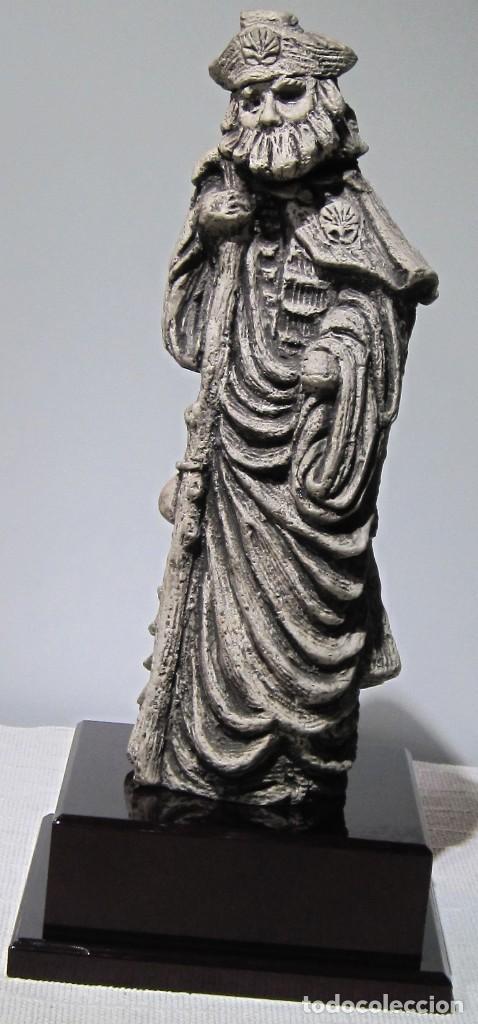 Arte: Santiago Peregrino marmolina tono piedra, con peana. 41 cm alto total. - Foto 3 - 195082215
