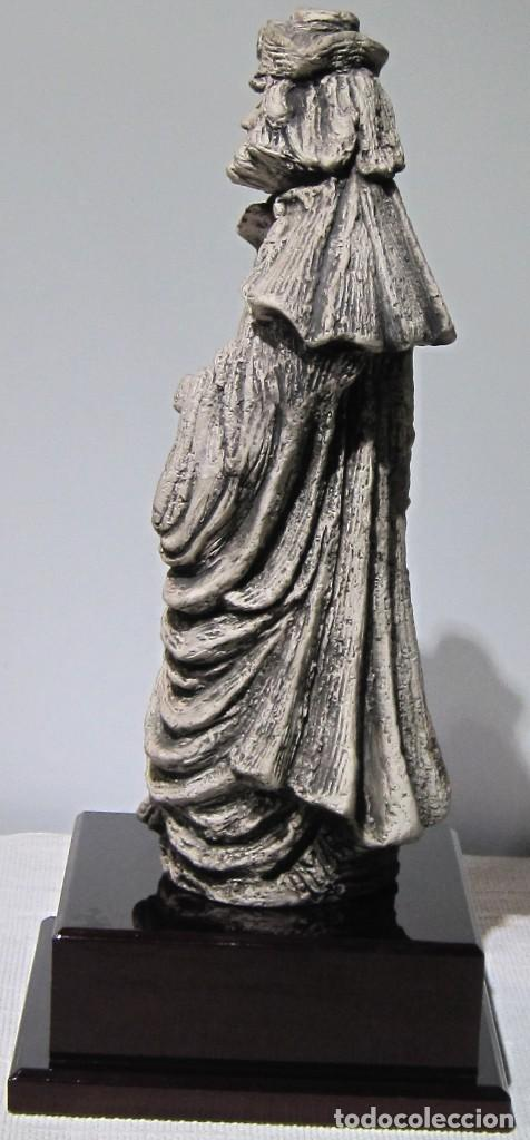 Arte: Santiago Peregrino marmolina tono piedra, con peana. 41 cm alto total. - Foto 4 - 195082215