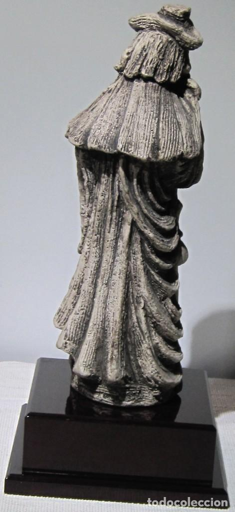 Arte: Santiago Peregrino marmolina tono piedra, con peana. 41 cm alto total. - Foto 5 - 195082215