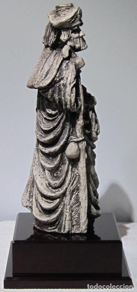 Arte: Santiago Peregrino marmolina tono piedra, con peana. 41 cm alto total. - Foto 6 - 195082215