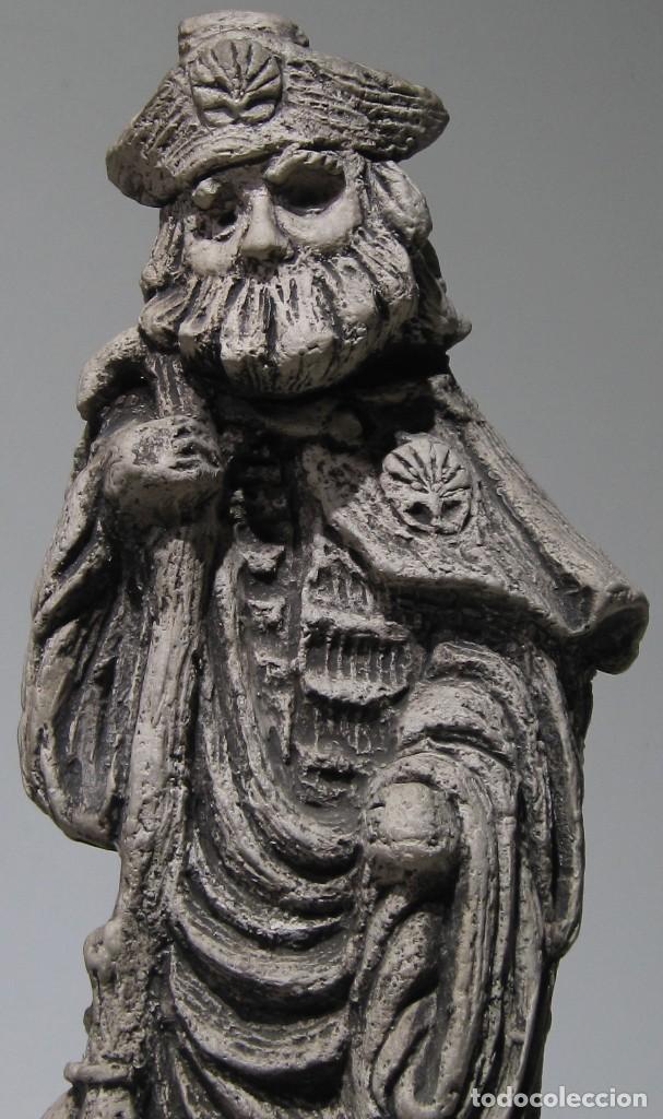 Arte: Santiago Peregrino marmolina tono piedra, con peana. 41 cm alto total. - Foto 7 - 195082215