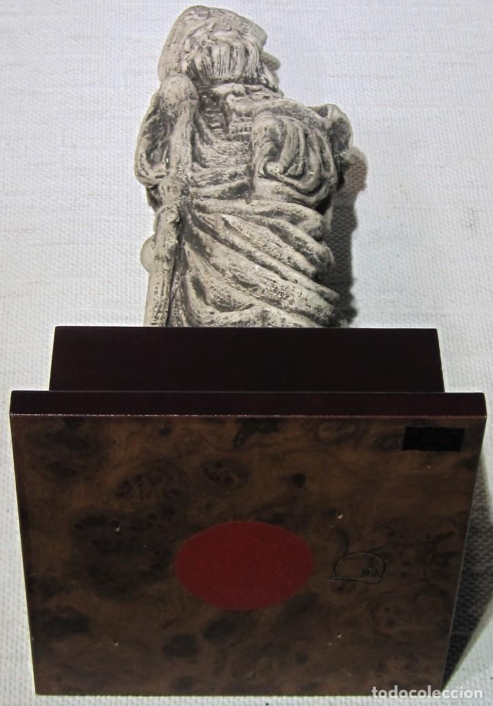 Arte: Santiago Peregrino marmolina tono piedra, con peana. 41 cm alto total. - Foto 8 - 195082215