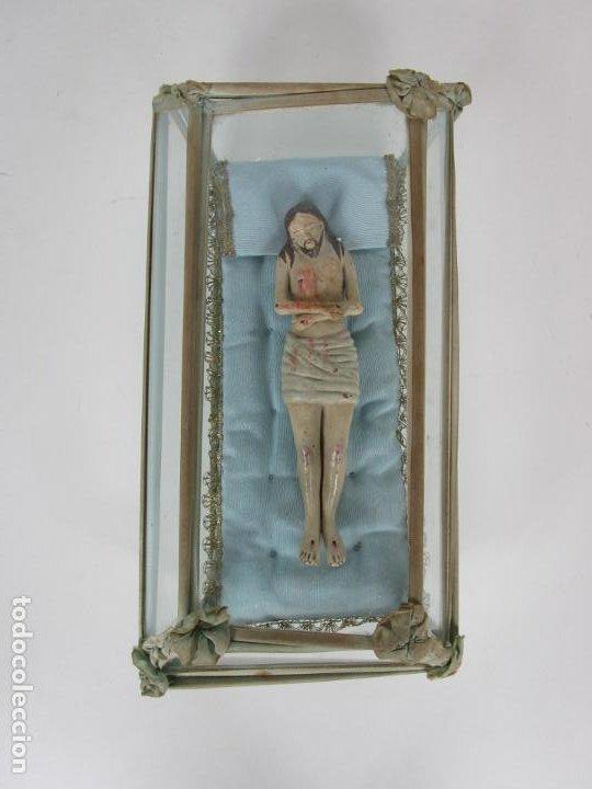 ANTIGUO CRISTO YACENTE - TERRACOTA POLICROMADA - CON URNA DE CRISTAL - S. XIX (Arte - Arte Religioso - Escultura)