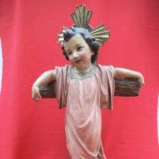 Arte: NIÑO JESÚS EN LA CRUZ, ESTUCADO CON OJOS DE CRISTAL. ARTE CRISTIANO OLOT. Lote 197448646