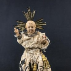 Arte: NIÑO JESÚS BENDICIENDO ESCULTURA DE VESTIR EN TERRACOTA POLICROMADA SG XIX. Lote 197488118