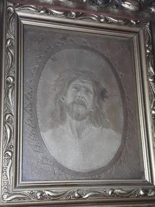Arte: Precioso antiguo cuadro cuero repujado Jesús Cristo con bello marco madera con pan de oro años 20/30 - Foto 5 - 199643806