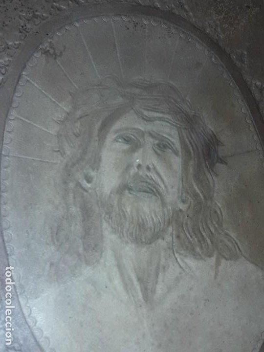 Arte: Precioso antiguo cuadro cuero repujado Jesús Cristo con bello marco madera con pan de oro años 20/30 - Foto 6 - 199643806