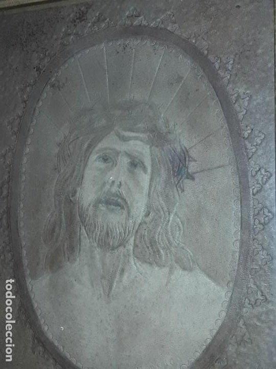 Arte: Precioso antiguo cuadro cuero repujado Jesús Cristo con bello marco madera con pan de oro años 20/30 - Foto 8 - 199643806