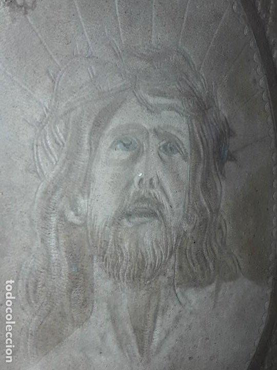 Arte: Precioso antiguo cuadro cuero repujado Jesús Cristo con bello marco madera con pan de oro años 20/30 - Foto 17 - 199643806