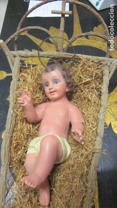 ANTIGUO NIÑO JESÚS CON CUNA DE MADERA Y OJOS DE CRISTAL (Arte - Arte Religioso - Escultura)