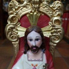 Arte: SAGRADO CORAZON DE JESUS CRISTO REY SENTADO EN SU TRONO, EN PASTA DE ESCAYOLA POLICROMADA. Lote 201291300