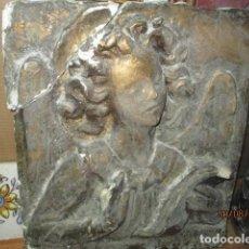 Arte: RETABLO RELIGIOSO DE ESTUCO DE YESO O ESCAYOLA ANGEL MUY PESADO CON MADERA EN REVERSO INCRUSTADO. Lote 144594262