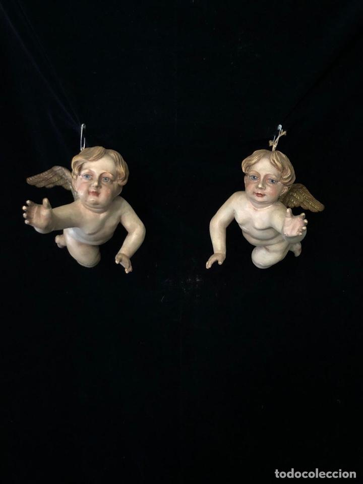 PAREJA DE ANGELITOS EN TALLA DE MADERA POLICROMADA CON ALITAS DORADAS PERFECTOS PARA CAPILLA. (Arte - Arte Religioso - Escultura)