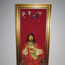 Arte: ANTIGUA IMAGEN FIGURA SAGRADO CORAZÓN JESÚS ENTRONIZADO EN TRONO SOBRE ALTAR CAPILLA MADERA. Lote 204987893