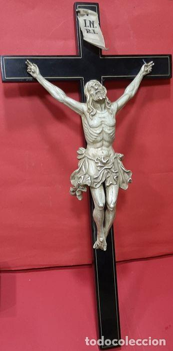 CRISTO CRUCIFICADO CON FINO TRABAJO EN EL PAÑO DE PUREZA. ESTUCO POLICROMADO, COLOR MARFIL. (Arte - Arte Religioso - Escultura)