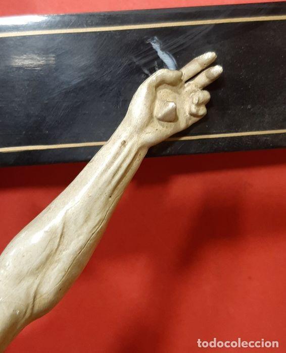 Arte: Cristo crucificado con fino trabajo en el paño de pureza. Estuco policromado, color marfil. - Foto 11 - 207142063